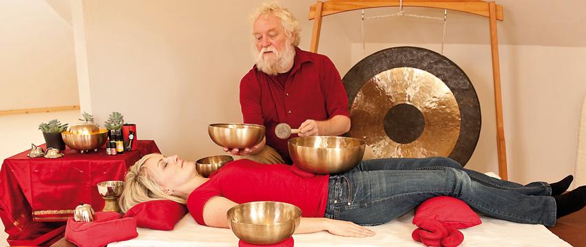 Peter Hess bei der Klangmassage